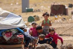 クネイトラ郊外から避難し、滞在場所を探している家族。(2018年6月29日撮影)