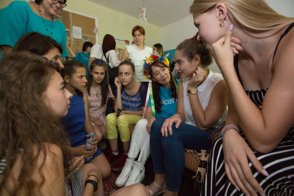 クラマトルスク第9学校(ドネツク州)の生徒たちから話を聞くアグネス大使。