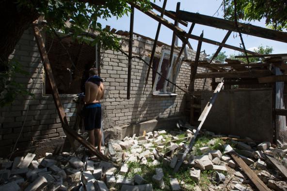 5月18日午前2時、就寝中に砲撃が家を直撃。家は今も壊れたままである。