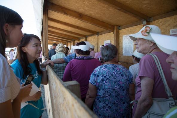 5つのチェックポイントのうちの一つ、マリンカ・チェックポイント。灼熱の中長蛇の列に並んで待つ人々に話を聞くアグネス大使。