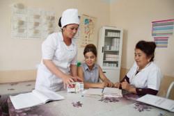 HIVと共に生きるアズィマさんが、抗レトロウイルス治療を始めてから7年。タシュケントにあるHIVデイケアセンターで、アズィマは同年代の子どもたちにも適切に治療を受けるようアドバイスしている。