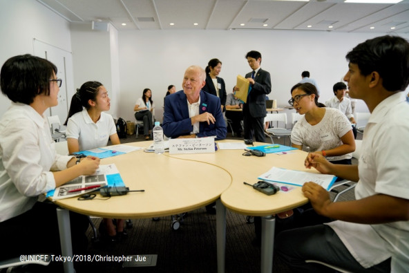 日本の若者たちと談笑する、ニューヨーク本部保健セクションチーフのステファン・ピーターソン。