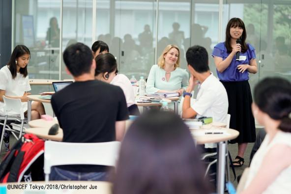 日本の若者の質問に、自身の経験を想起しながらじっと聞き入るマルディニ局長。