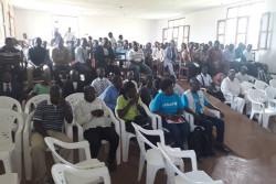 北キブ州における新たなエボラ出血熱の集団感染の発生について、情報共有をうける246名のコミュニティリーダーたち。
