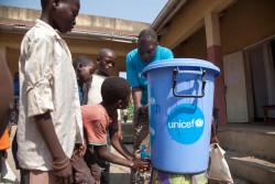 エボラ出血熱の感染予防の重要性をその方法を伝えるため、ユニセフの専門官が学校に赴き、正しい手洗いの方法を子どもたちに伝えている。ユニセフは、エボラの感染拡大が確認されている地域内の学校に、手洗い用の物資を提供している。