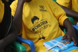 式典に参加し、支援物資を受け取った子ども。(2018年8月7日撮影)