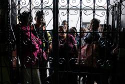 グアテマラで、メキシコから強制送還された子どもたちを待つ家族。(2018年5月3日撮影)