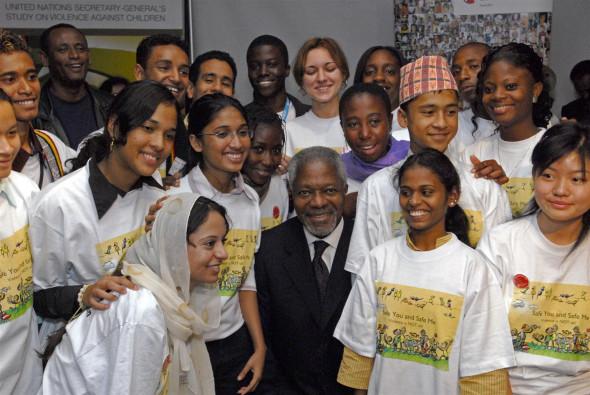 子ども版「子どもに対する暴力 調査報告書」発表のため、ニューヨークのユニセフ本部に集まった子ども代表に囲まれるコフィ・アナン国連事務総長(当時)。(2006年10月撮影)
