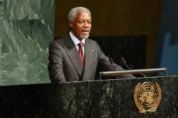 2002年5月8日、国連本部で開催された「国連子ども特別総会」でスピーチするコフィ・アナン国連事務総長(当時)。