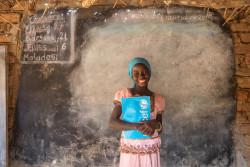 遠隔地の村にある学校に通う女の子。 (チャド・ワダイ州)
