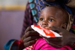 エチオピアの保健施設で、栄養治療食を食べる2歳の女の子。 (2017年6月撮影)