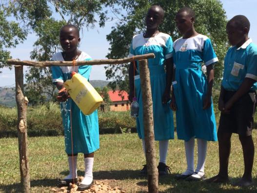「100万人の手洗いプロジェクト」を通じて、ウガンダの子どもたちが正しい手洗いの方法を身に着けています。