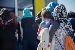 ギリシャのレスボス島に到着した、幼い子どもを連れた家族。ユニセフは、子どもたちと家族の支援センターを現地に設け、子どもの保護や教育サービスを提供している。(2018年9月20日撮影)