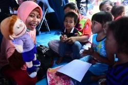 スラウェシ島のパルで、心理社会的ケアを受ける子どもたち。(2018年10月6日撮影)