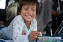 被災したスラウェシ島で、心理社会的ケアを受け笑顔になる女の子。(2018年10月10日撮影)