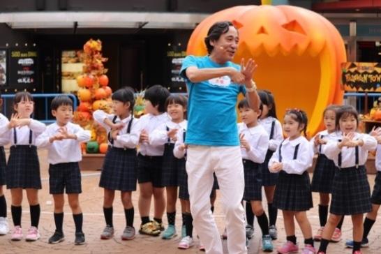 手の洗い方をしっかり覚えて元気に踊る子どもたちとルー大柴さん