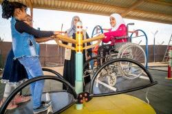 車椅子のまま乗れるシーソーで遊ぶ9歳のアマルさん。(2018年10月24日撮影)