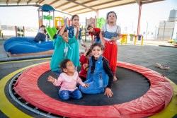 友達とトランポリンで遊ぶタスニームさん(10歳・前列右)とアスマさん(9歳・前列左)。(2018年10月24日撮影)