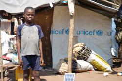 コンゴ民主共和国カサイ州から安全を求めて隣国のアンゴラに逃れ、アンゴラの難民キャンプで暮らす男の子。(2017年5月30日撮影)