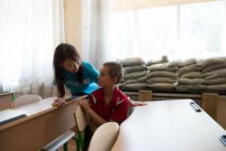 コンタクト・ラインのすぐ近くに住む10歳のミハイル君と話すアグネス・チャン大使。