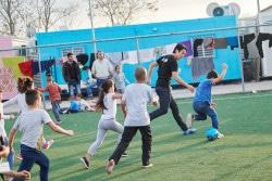男女問わずサッカー選手を夢見る子どもたちも少なくない学習センターの子どもたちと、サッカーに興じる長谷部選手。
