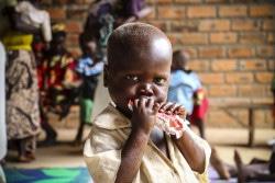 RUTF(すぐに口にできる栄養治療食)を口にする子ども。(2018年8月撮影)