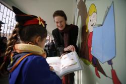 ユニセフが支援するドゥーマの小学校を訪問し、女の子と話をするヘンリエッタ・フォア事務局長。(2018年12月10日撮影)