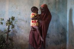ボコ・ハラムによる性的暴力を受け、1歳半の娘の母親となったナイジェリアの15歳の女の子。(2017年7月撮影)