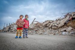 破壊された街を歩くノアちゃんとサラちゃん。(イラク/2018年1月撮影)
