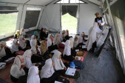 仮設テントの学校で勉強する女の子たち。(アフガニスタン/2018年5月撮影)