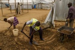 コミュニティボランティアが新しいトイレを建設している。