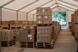 コックスバザールのユニセフの物資倉庫に備蓄された、下痢治療のための救援物資。