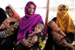 保健センターに子どもを連れて来て、診察を待つ母親たち。