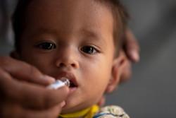 ロヒンギャ難民キャンプで実施されたコレラ予防接種キャンペーンで、予防接種をを受ける生後1歳6カ月の男の子。