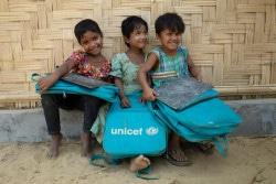 バルカリ難民キャンプの学習支援センターの外に座る女の子たち。(2018年3月撮影)
