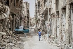 リビア・ベンガジ中心街の瓦礫の中を走る子ども。(2018年3月撮影)