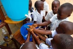 コンゴ民主共和国・ベニの学校で、エボラ出血熱から自分を守る方法を学び、手洗いをする子どもたち。(2018年9月撮影)