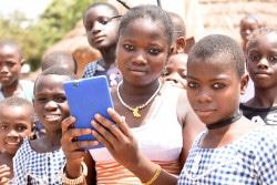携帯電話で写真を撮るコートジボワールの子どもたち。(2017年3月撮影)