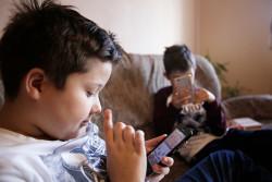 携帯電話ゲームで遊ぶセルビアの子どもたち。(2016年11月撮影)