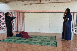 FGM根絶に向けた啓発のため、ジブチのコミュニティーセンターで劇をする若者たち。(2018年2月撮影)