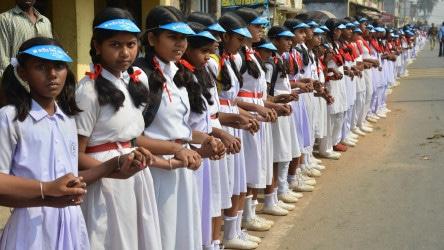 児童婚を根絶するための啓発活動の一環で、インドでは、30万人以上の女の子と女性が手をつなぎ、348キロメートルの人間の鎖をつくった。