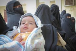 赤ちゃんに保健サービスを受けさせるため、列になって待つ母親たち。(2018年12月撮影)