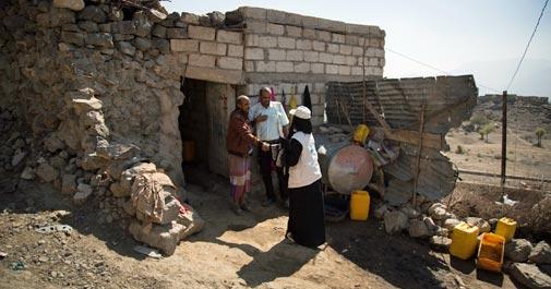 家々を訪ね、コレラの感染状況について確認するアミラさん