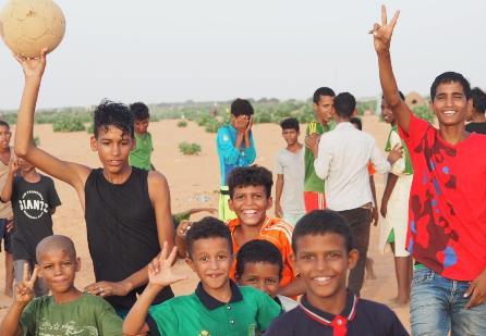 サッカーをする難民の男の子