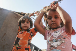 シリア国内の避難民キャンプに滞在する子どもたち。