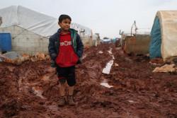 イドリブ県のアトマ(Atmeh)難民キャンプの外に立つ、6歳のアブドゥラマン君。(2018年12月撮影)