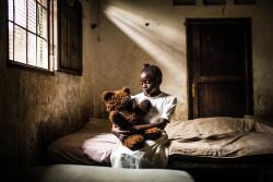 キンシャサで誘拐され、心に傷を負った13歳の女の子。ユニセフは武装グループに徴兵・徴用された子どもたちへの心理社会ケアを続けている。