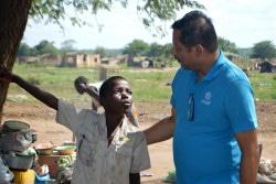 チクワワ地区の国内避難民キャンプで、ユニセフのスタッフと話す12歳のヨハネ君。(2019年3月17日撮影)