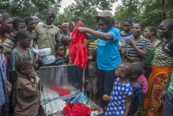 マラウイの子どもたちにスポーツキットを届けるユニセフの子どもの保護専門官。