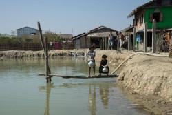 池の水を汲む、幼い女の子たち。ラカイン州中部にあるこのキャンプでは、4000人のロヒンギャの人々が暮らしている(ミャンマー)